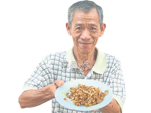 林財師手中的鮮蚶炒粿條,以40年功力炒出。