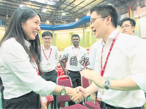 黃家和(右)中選后,獲楊美盈握手祝福。