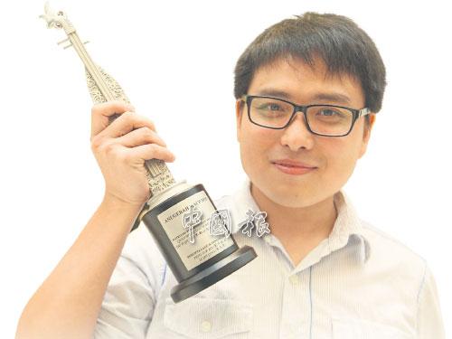 """李志清親自上台領獎,這也是他相隔6年后再次榮獲""""最高點播率中文歌曲""""。"""