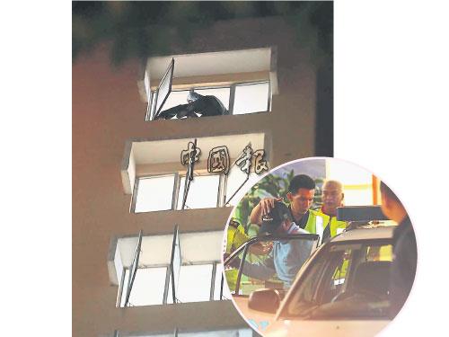 男子坐在公寓頂樓的窗口處,左腳和臀部外露,畫面險象環生。小圖為企圖自殺的巫裔男子(頭戴鴨嘴帽者)在消拯員及警方護送下進入警車。