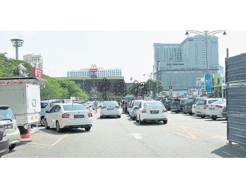 達敏沙禮旋轉塔泊車場逢假日都面對一位難求的情況。