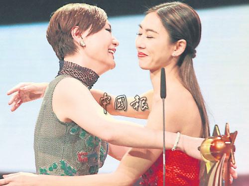 胡定欣與田蕊妮憑《鬼同你OT》「超神」默契雙雙封后,在台上抱在一塊。