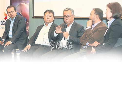 阿敏沙菲益(左起)、卡馬魯、依丹納瓦威、賈馬魯丁及卓桂美,出席推介禮。