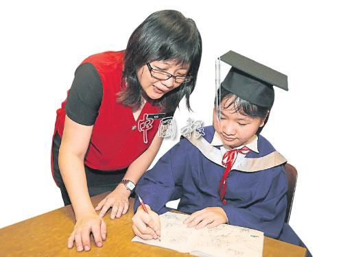 曹秀雲(左):特教班的老師不易為,需要更多耐心和愛心,而且會遇到不少困難。