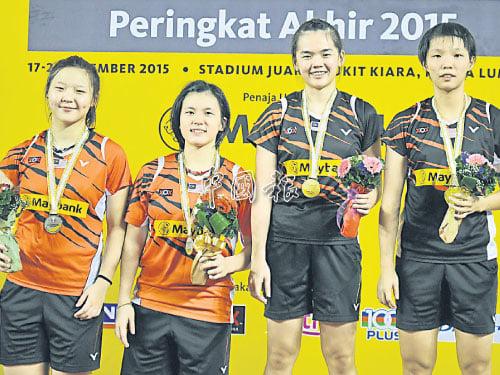 奪得女雙冠軍的鄒美君(右起)與陳嘉雯,和亞軍鍾慧琪與葉程雯在領獎台上合影。