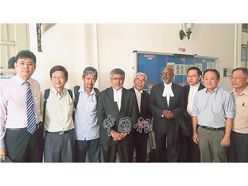 高悅發(左2起)、莫哈末沙烈、范平東(左8起)及鍾少雲,在辯護律師佐翰費南迪(左4起)、哈山卡林、西華拉沙、潘偉斯陪同上庭;左為曾笳恩。