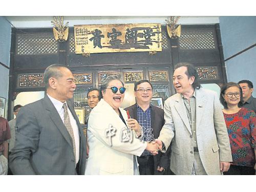 魯芬(左2)一見到黃秋生(右2),就高興地與對方握手打招呼;左起是陳觀泰、方萬春和邱思妮。