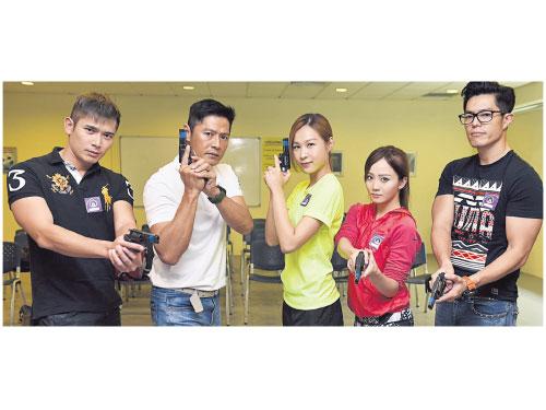 黃俊雄(左起)、李南星、雅慧、美心和張耀棟都在進行練靶訓練。