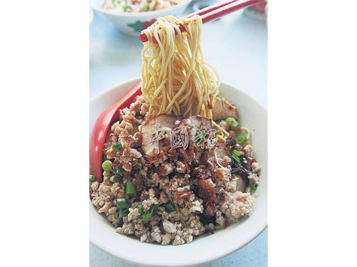 黃昱銓製作的干盤面口感紮實,豬油和蔥油香氣撲鼻。以七種材料調制而成的醬油汁,鹹香可口,吃完整碗麵也不覺膩。