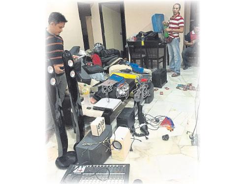 警方突擊破門行竊黨的組屋基地,起獲大批賊贓。