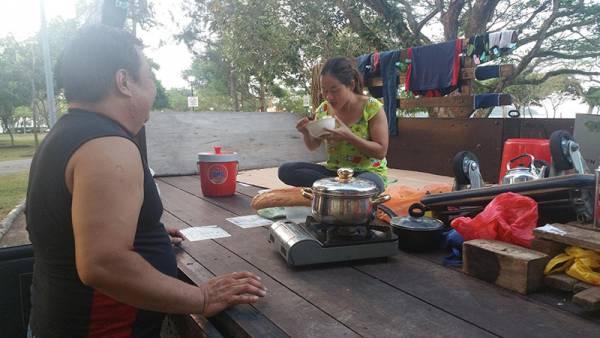 王宝华与妻子吃住睡都在车斗上。