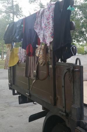 罗厘护栏晾著的几件衣服,就是两夫妻所有的衣物。