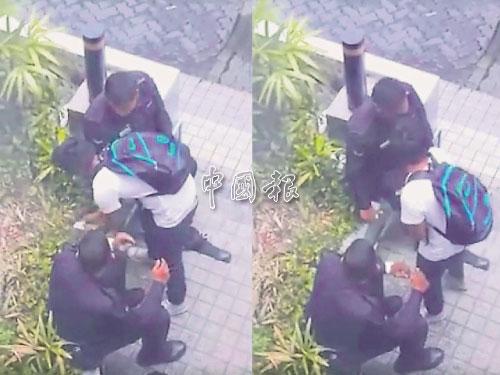左圖:該名學生從錢包里拿出錢,準備交給其中一名警員。 右圖:警員接過錢后,把錢放進自己的口袋。