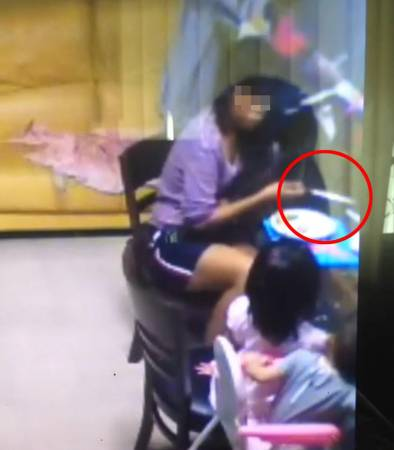 女傭拿刀恐嚇女童吃飯,還說要切下她的手。