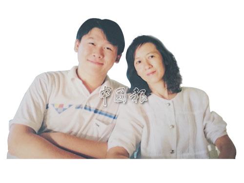 周若鹏与妈妈汪素玲以前的合照。