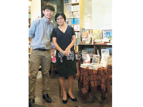 林韦地与妈妈站在一起,两者几乎同个饼印,清秀中带著书卷味。