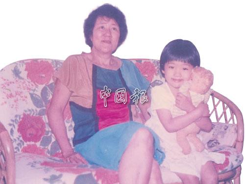 我六岁,抱着心爱的洋娃娃,坐在妳身边。当年妳44岁。