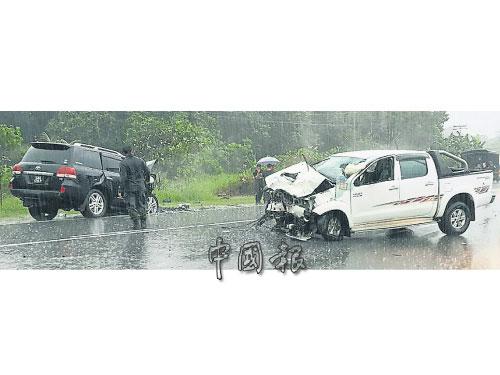 2車相撞,白色貨卡車頭全毀。