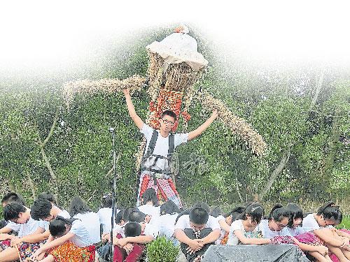 """吉華獨中學生表演《鄉音谷詩》,融匯何乃健老師的""""稻地詩歌""""。"""