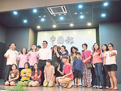 ■努嘉茲蘭(第二排左4)與柔南單親媽媽協會成員交流。