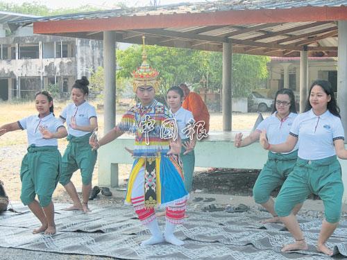默諾拉劇團在甘榜南邦寺廟空地菩提樹下練習。