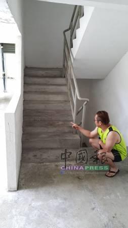 謝先生說,有關8歲男童就是遭父親用鐵鍊鎖在此樓梯處。