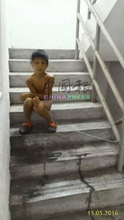 日前有人將8歲男童日前遭父親脫光衣服,及鐵鏈鎖在樓梯處照片拍上面子書。