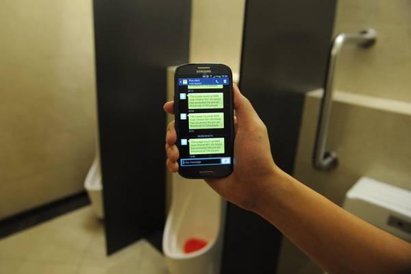當廁所發出異味,或一定數量的人使用廁所後,感應系統會自動發出短信,通知清潔工人前去清洗廁所。(海峽時報)