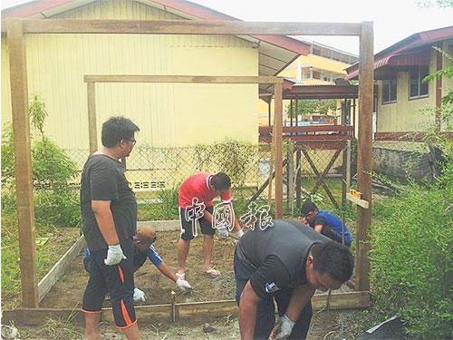 Shahrill及他的團隊在登嘉樓停泊島搭建小木屋,作為灰平菇種植地。