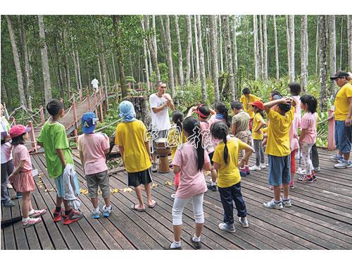 """""""鼓舞紅樹林""""第二天,導師教導小朋友如何打鼓。"""
