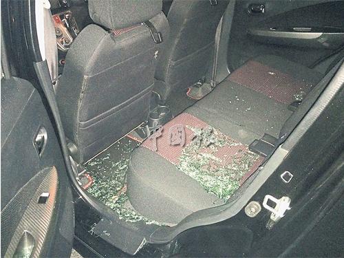 伊朗籍情侶用手機應用程式召車,不料司機抵達后車窗被砸毀,玻璃碎片散滿車內,情侶也告受傷。