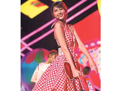 四葉草在《蓋世英雄》首集中賣萌邊唱邊跳《好想你》,網友對其表演褒貶不一。