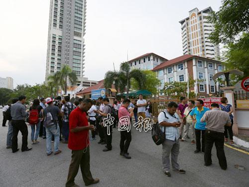 大批民眾和媒體在反貪會檳總部外,等候消息。