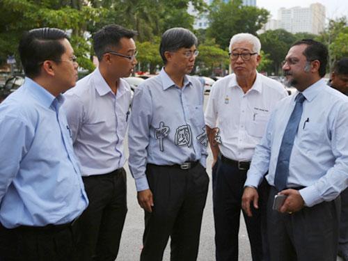 王敬文(左起)、李凱倫和蔡添強週三晚抵達反貪會檳總部外,與彭文寶和佳日星瞭解最新情形。
