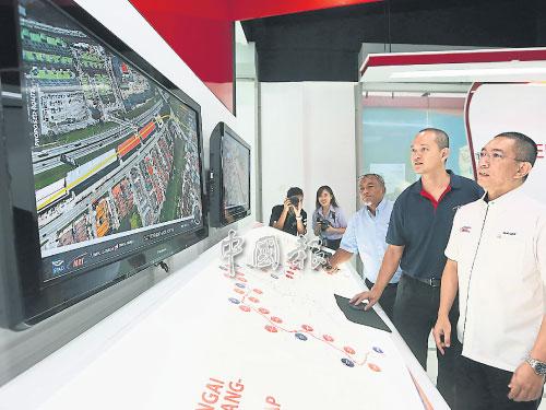 納慕丁(右起)、王建民和馬茲蘭在捷運公司資訊中心,觀看電腦繪製的立體鳥瞰圖,了解捷運第二干線的川行路線。