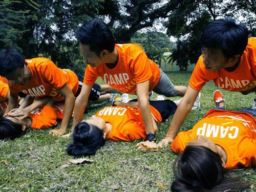 2011年的大學迎新營上,男生在女生上方,面對面做伏地挺身。(檔案照)