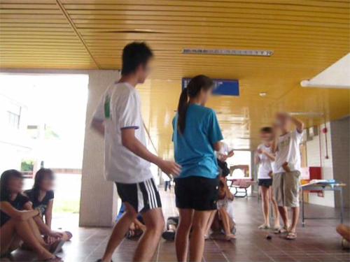 2008年的大學迎新營上,男生把女生當鋼管,貼近舞動。(檔案照)