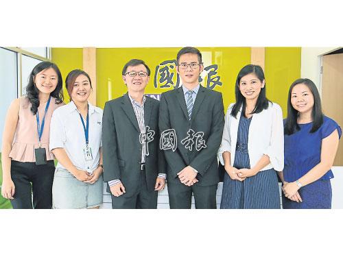 李興裕(左3起)與陳奕冠參與《中國報》舉辦的圓桌會議;左起為《中國報》財經記者林玉敏、財經組主任吳俐瑩、助理總編輯(財經與電子媒體)羅依薇,及財經組副主任邱佩勛。