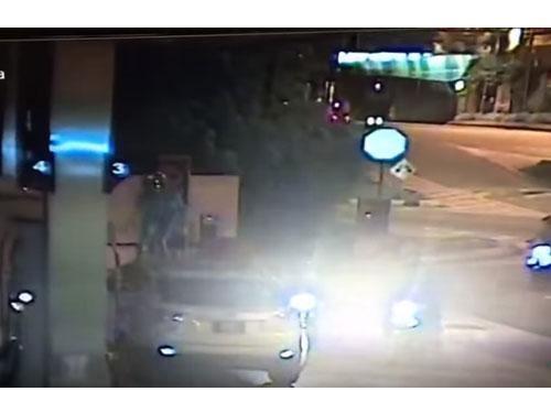其中一名男子更跳上車頂企圖搶劫。(截圖自互聯網)
