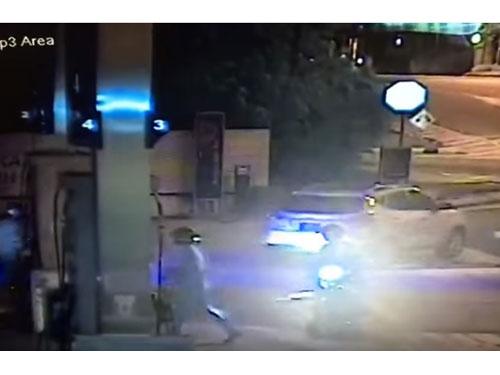 女事主跑上車鎖車門后,猛踩油門逃走。(截圖自互聯網)