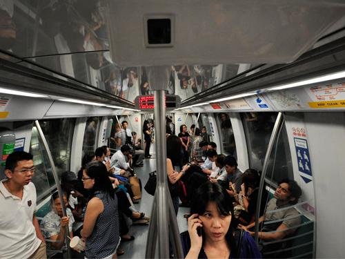 """地鐵車廂""""下雪""""事件,發生在穿梭地鐵環線的列車內。"""