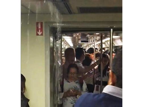 上個月18日,東西線地鐵列車曾發生漏水事件。