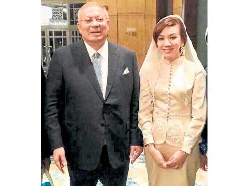 拉昔胡申的妻子(右)已過40歲了。