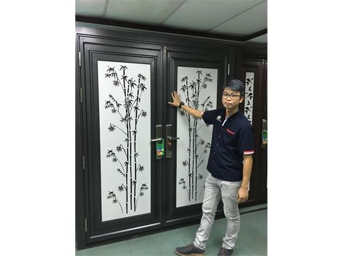 林子揚介紹最新的安全門優雅系列,屬於全馬首創多層次折彎結構門葉,構造堅固耐用高品質。