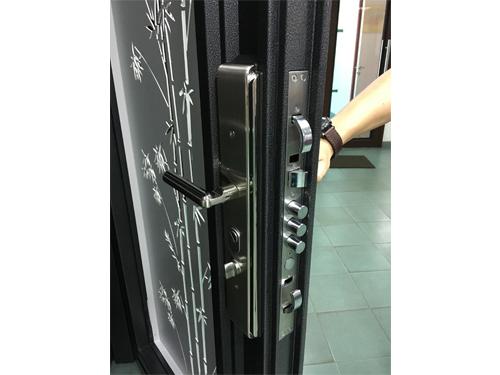 YSE採用鴻利鎖業的優質雙鉤鎖,屬於市場上安全功能數一數二的門鎖。