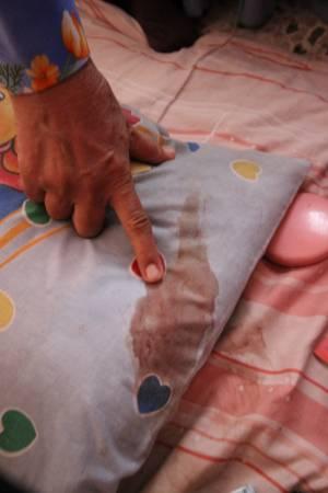 枕頭處留下女受害者的血跡。