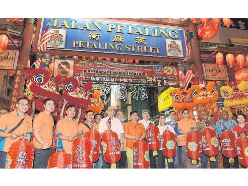 廖錦華(右4起)、洪細弟、托信甘多、馬袖強、洪細弟和方貴倫等人在展開挑燈籠遊行前,于茨廠街主要牌樓前合影。