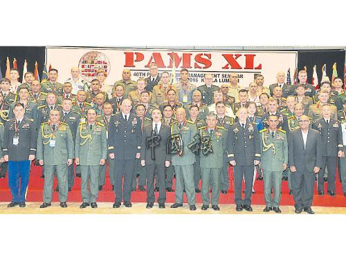 希山慕丁(前排左5)與全體出席太平洋陸軍管理研討會的各國陸軍軍官代表合影;左3起為祖基菲卡欣和阿凡迪。