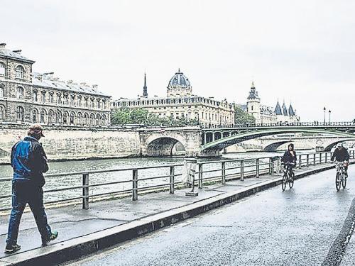 """25日是巴黎""""無車日"""",一名行人在塞納河畔漫步。"""