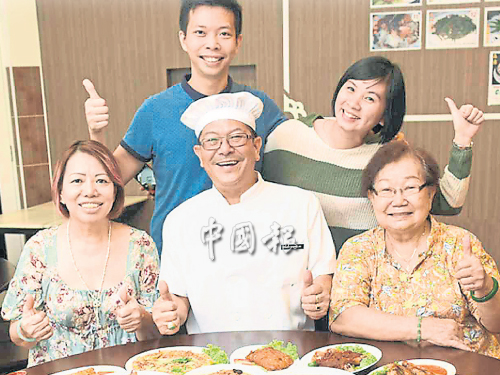 峇峇查理咖啡屋提供娘惹家庭食譜菜,李添盛(中)和家人一起經營。